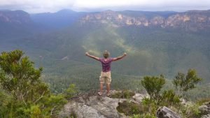 Hombre joven montañas libertad El Loco