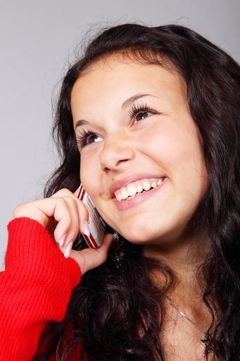Mujer cuenta sus experiencias por teléfono